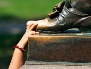 John_Harvard_Statue_Toe_Rub