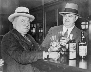 Men_drinking_in_a_speakeasy